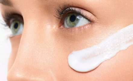 The application process of face cream to the skin